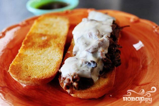 5. Говядину подавать с поджаренным белым хлебом. При желании, бутерброды можно посыпать сыром и запечь в духовке.