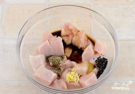 Порежьте курицу на кусочки, я предпочитаю кубики. Положите курицу в маринад. Для этого смешайте масло, чеснок, немного меда, соевый соус, уксус, специи. Перемешайте все это с курицей и поставьте в холодильник на 2-5 часов.