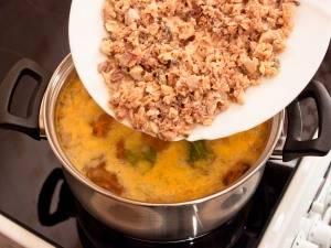 Кладем в суп консервы и варим до готовности картофеля.