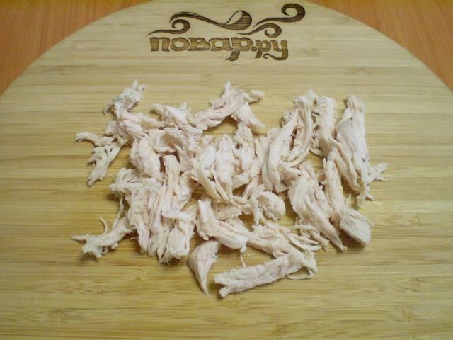 Порвите куриное филе на небольшие кусочки.