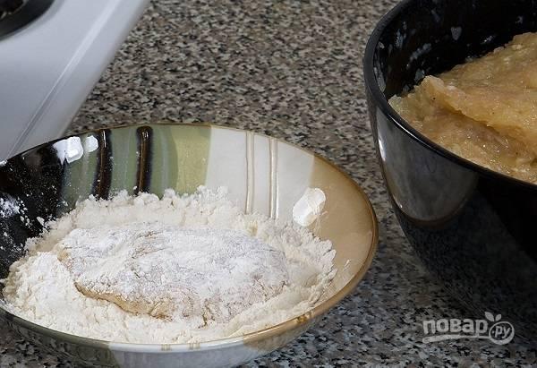 5. Подготовьте мисочку с панировкой (мукой или сухариками). Сформируйте небольшую котлетку, обваляйте её со всех сторон в муке.