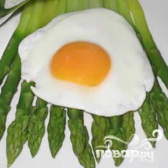 Уложите готовую спаржу на тарелку, выложите на верх яйцо.