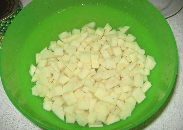 3. Куриный бульон еще раз кипятим, и помещаем в него картофель, порезанный брусочками или кубиками.