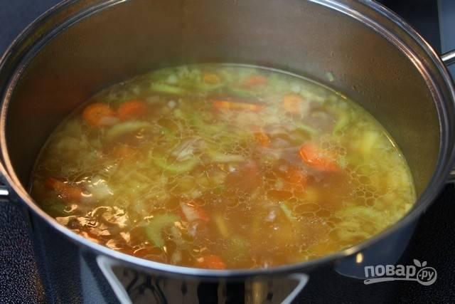 4.Варите суп на среднем огне до мягкости овощей.