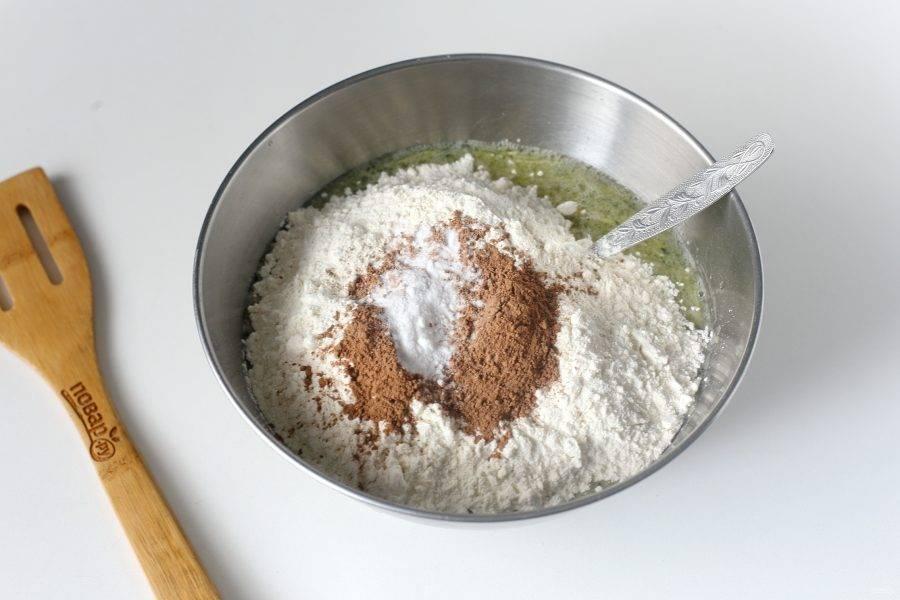Затем добавьте муку, какао, соду и соль.