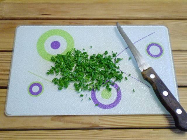 4. В качестве зелени можно взять укроп или зеленый лук перо. Мелко порезать.