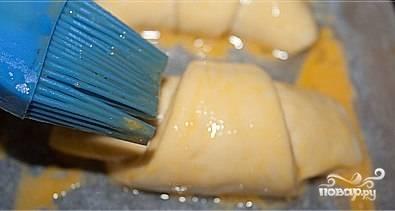 Булочки формируем такие ,какие вам нравятся. Смазываем их яйцом для придания золотистого цвета при выпечке. Посыпаем булочки сахаром и кунжутными семечками. Выкладываем булочки на противень, смазанный растительным маслом и выпекаем около 30 минут при 180 градусах.