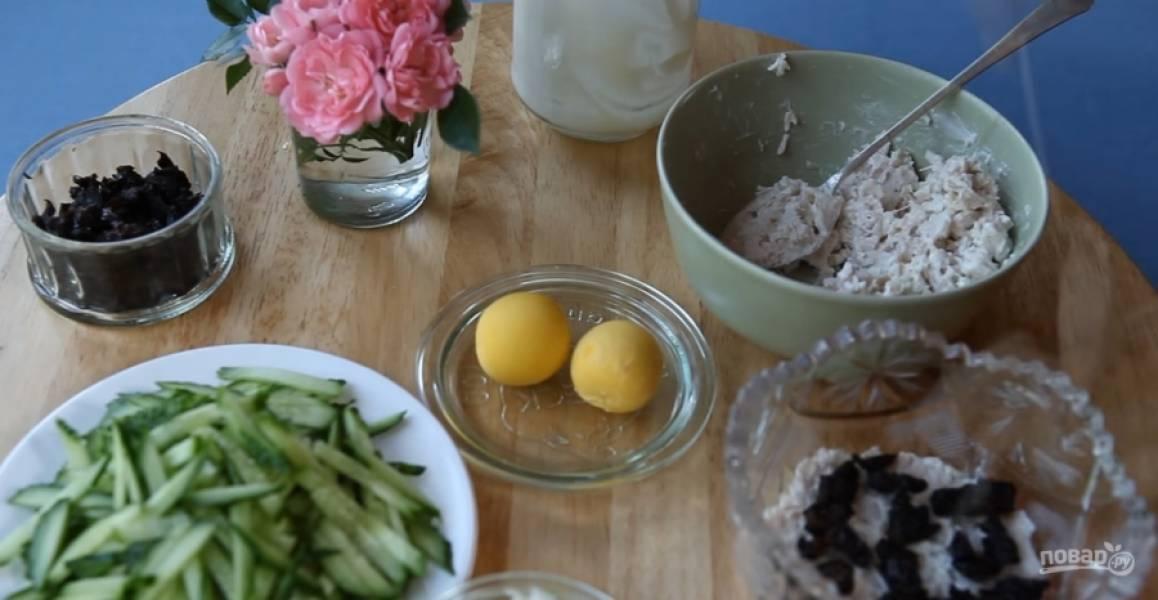3.Выдавите в курицу чеснок, добавьте майонез и перемешайте. Выложите первый слой куриный, далее слой чернослива.