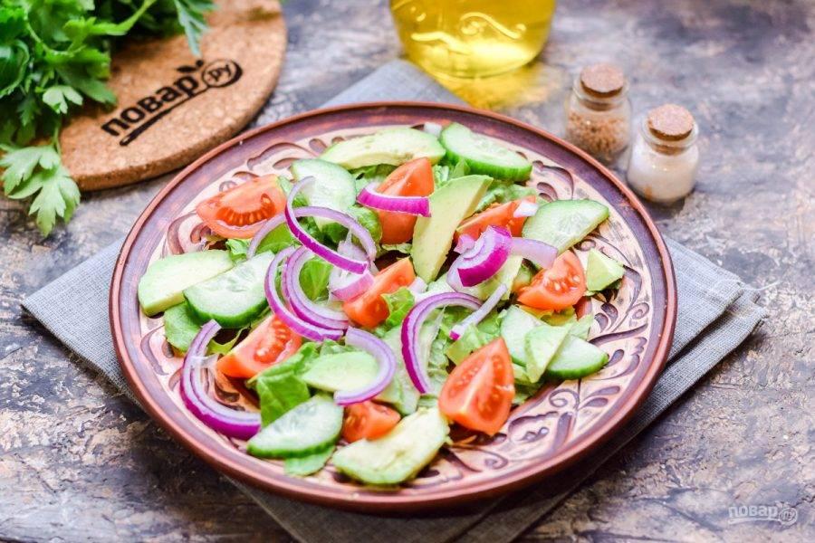 Добавьте в салат нарезанный авокадо и нарезанный синий лук.