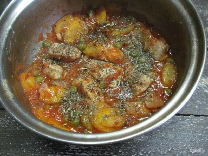 Тушить мясо с овощами под крышкой на слабом огне минут 40. В конце приготовления блюдо посолить, поперчить и посыпать итальянскими травами, перемешать и готовить без крышки до получения желаемой густоты соуса.