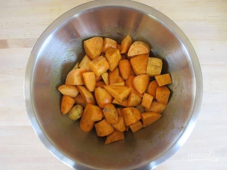1. Картофель почистите и нарежьте средними кусочками. Духовку разогрейте до 230 градусов.