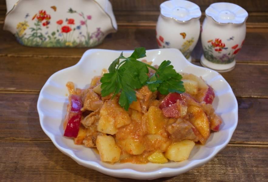 Разложите по тарелкам и подайте к столу. Я люблю варить картофель отдельно. Тогда он плотненький, не превращает все в некое подобие жаркого. У такого варианта гуляша больше подливки.