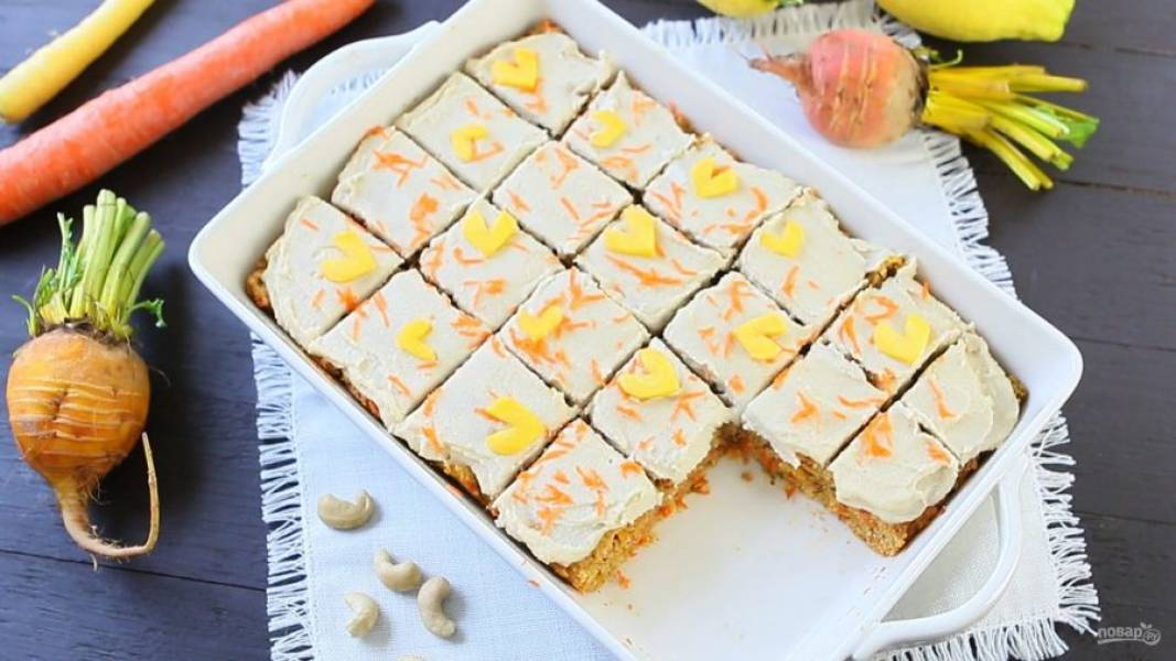 7. Украсьте бисквит топпингом и морковью. Наслаждайтесь!