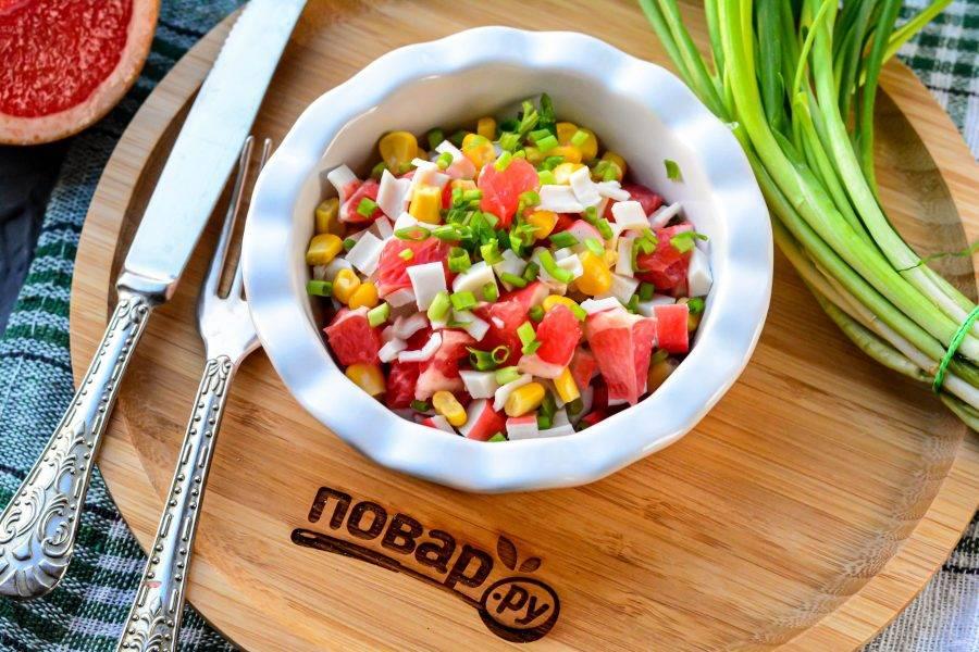 Полейте салат оливковым маслом, добавьте специи по вкусу, мелко рубленый зеленый лук и подавайте к столу. Приятного аппетита!