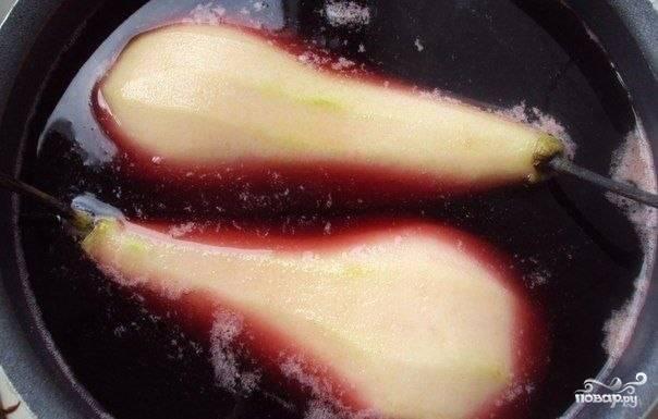 Выключить огонь, плотно закрыть крышку и оставить фрукты остывать пропитываться сиропом — если планируете подавать десерт в горячем виде, то совсем ненадолго.