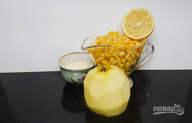3.А вот яблоко мою и очищаю от кожуры, разрезаю на половинки, вычищаю семена, затем нарезаю фрукт не очень крупно.