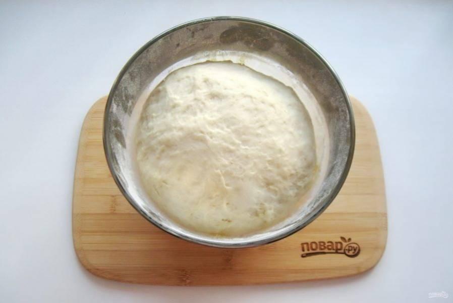 Поставьте тесто в теплое место до увеличения в объеме. На это может потребоваться час-полтора.