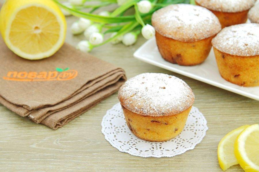Перед подачей украшаем кексы сахарной пудрой.