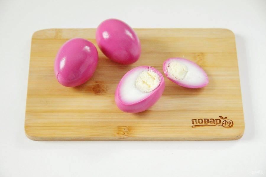 Ножом аккуратно срежьте часть яйца как на фото.