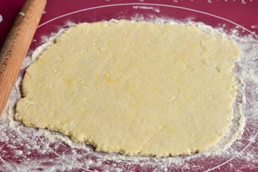Тесто выложите на силиконовый коврик, раскатайте его скалкой в пласт.