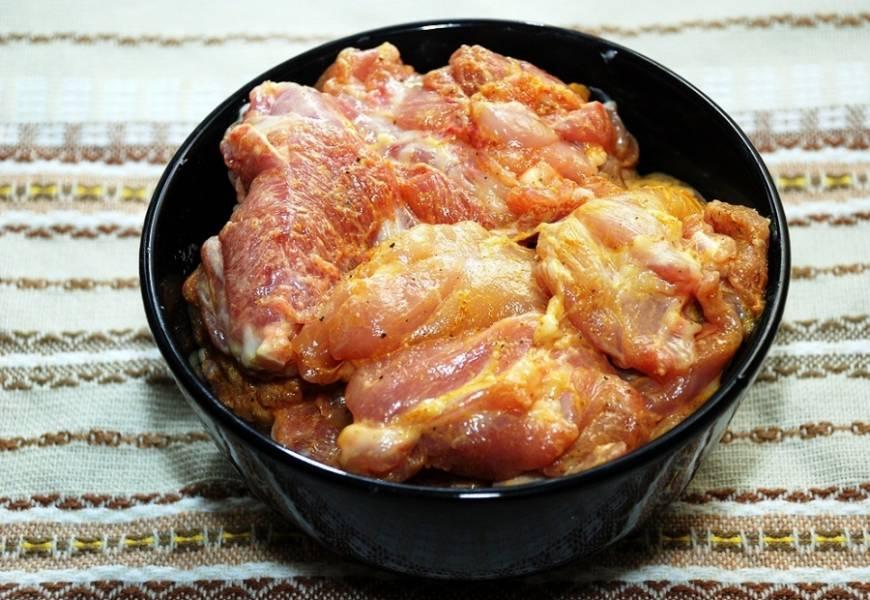 С куриных бедрышек удалите косточку и обрежьте кожу. Филе присыпьте специями по вкусу, перемешиваем с ложкой майонеза и отправляем на 1 час в холодильник.
