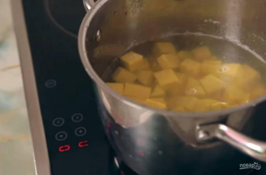 2. Затем добавьте тыкву и имбирь в кипящий овощной или куриный бульон. Варите тыкву до тех пор, пока она не начнет распадаться на волокна.