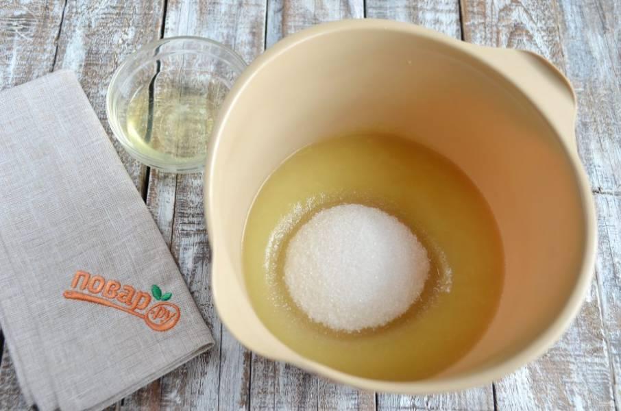 5. В яблочное пюре добавьте сахар, белок и семена ванили или ванильный сахар, или ванильный экстракт. Миксером хорошо взбейте массу до посветления и увеличения в объеме.
