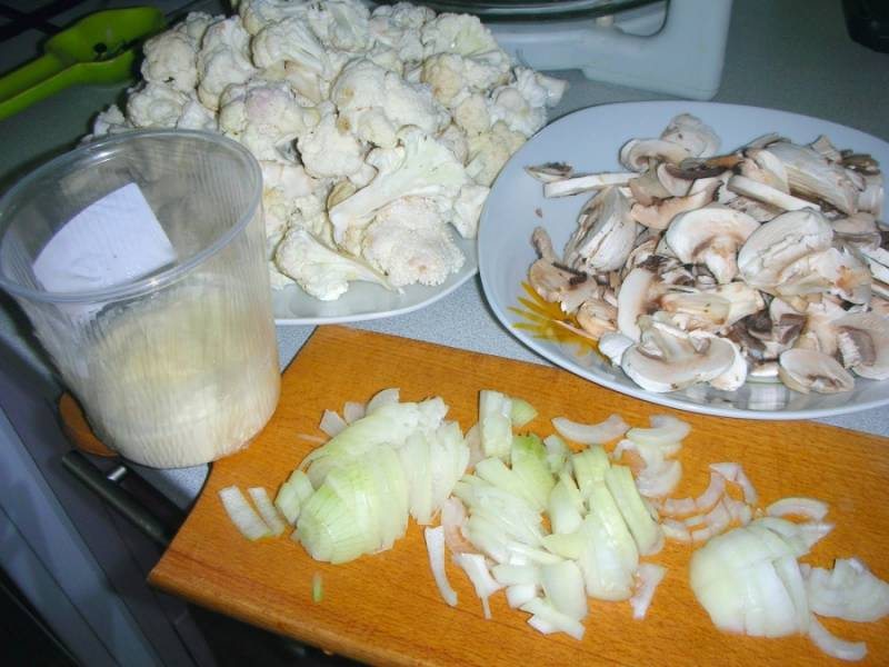 1. Отличный вариант приготовления блюда на скорую руку. Цветная капуста всегда готовится быстро, особенно на сковороде. Перед жаркой я немного ее обвариваю в кипятке. Пока соцветия варятся, я обжариваю лук и шампиньоны.