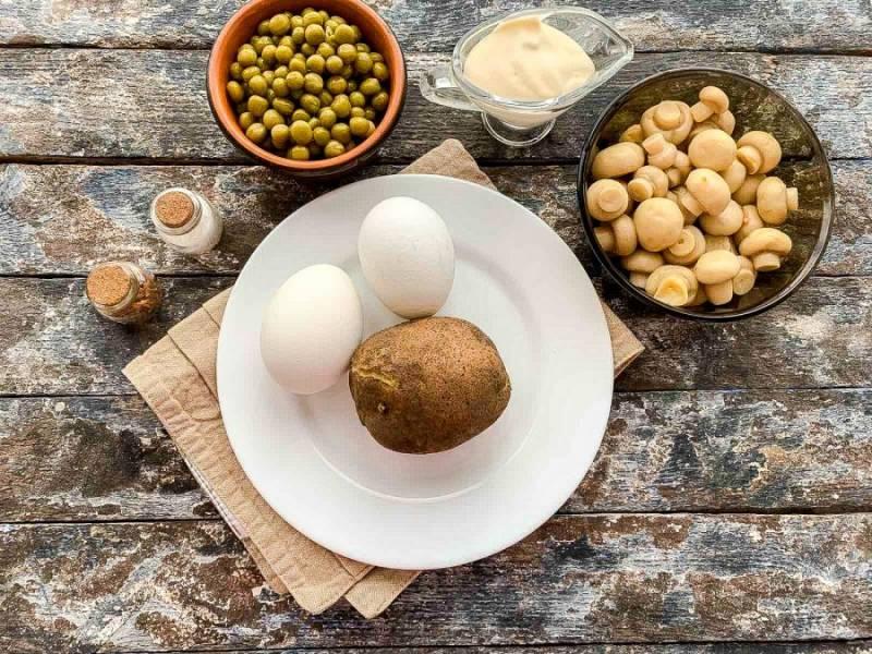 Подготовьте все необходимые ингредиенты. Картофель и яйца предварительно сварите и дайте им полностью остыть.