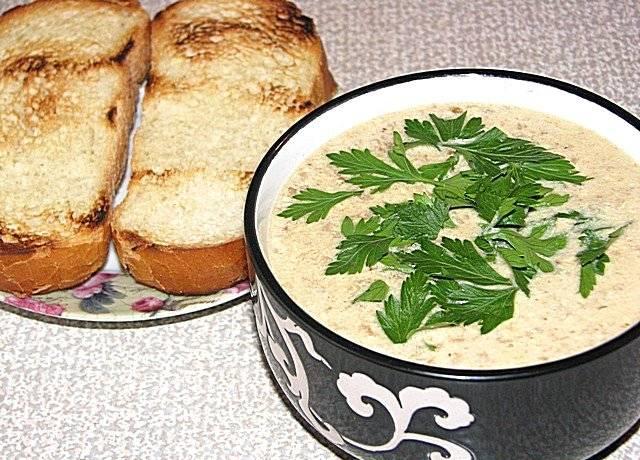 Готовый суп подаем с гренками, украсив свежей зеленью. Приятного аппетита!