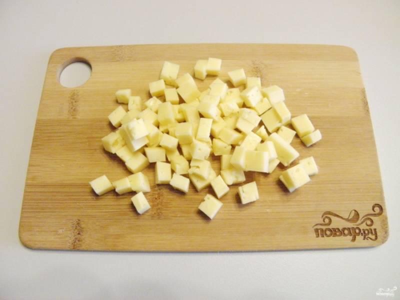 Сыр тоже порежьте кубиками.