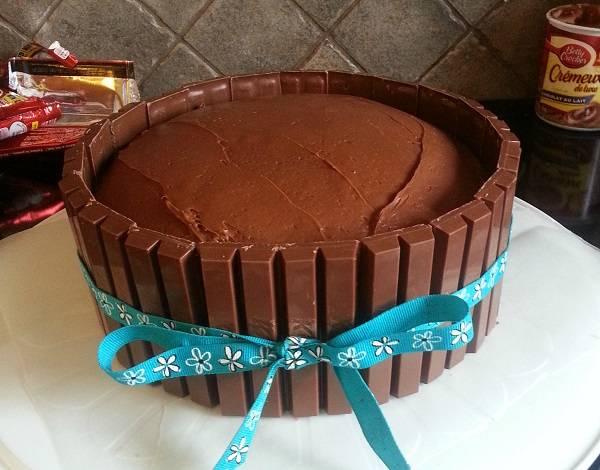 3. После вокруг торта можно повязать ленточку. Это не только поможет держать батончики на своих местах, но и добавит особого шарма в оформление.