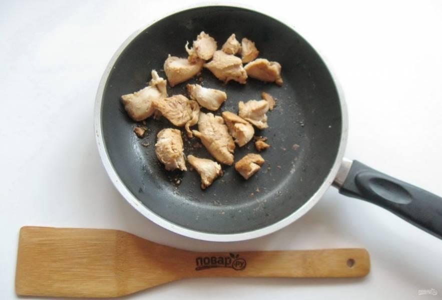 Куриное филе выложите в сковороду. Налейте немного масла и соевый соус. Обжаривайте 2-3 минуты.