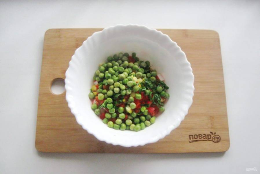Свежий или мороженый зеленый горошек проварите до мягкости, охладите и выложите в салат.