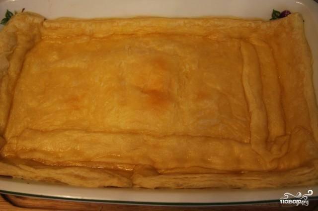 Раскатываем слоеное тесто, выкладываем в форму для выпекания, смазанную сливочным маслом. Выпекаем 15 минут при 190 градусах (без начинки).