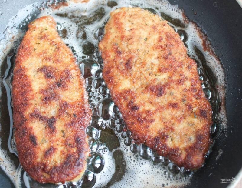 5.Тем временем разогрейте сковороду с растительным маслом и выложите отбивные, обжаривайте с двух сторон до румяной корочки.