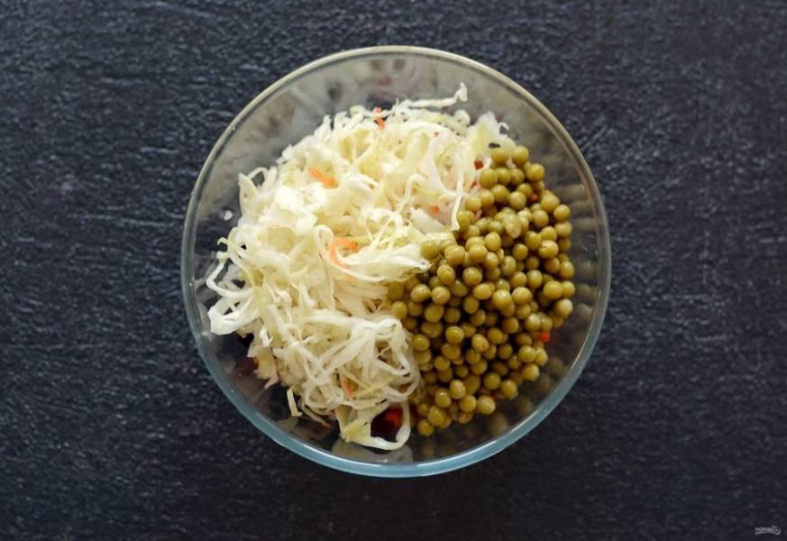 Добавьте квашеную капусту и зеленый горошек.