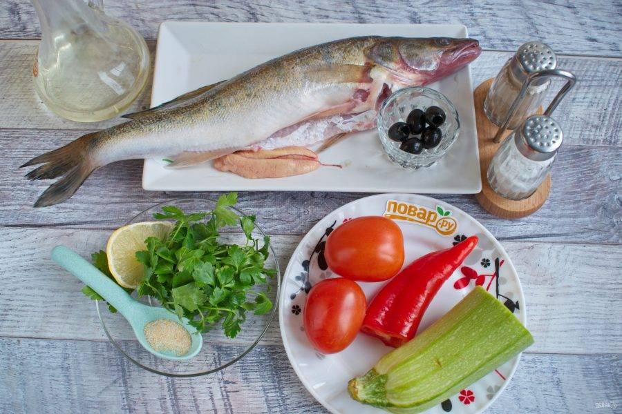 Овощи и зелень вымойте. Рыбу очистите от чешуи, выпотрошите и вымойте.
