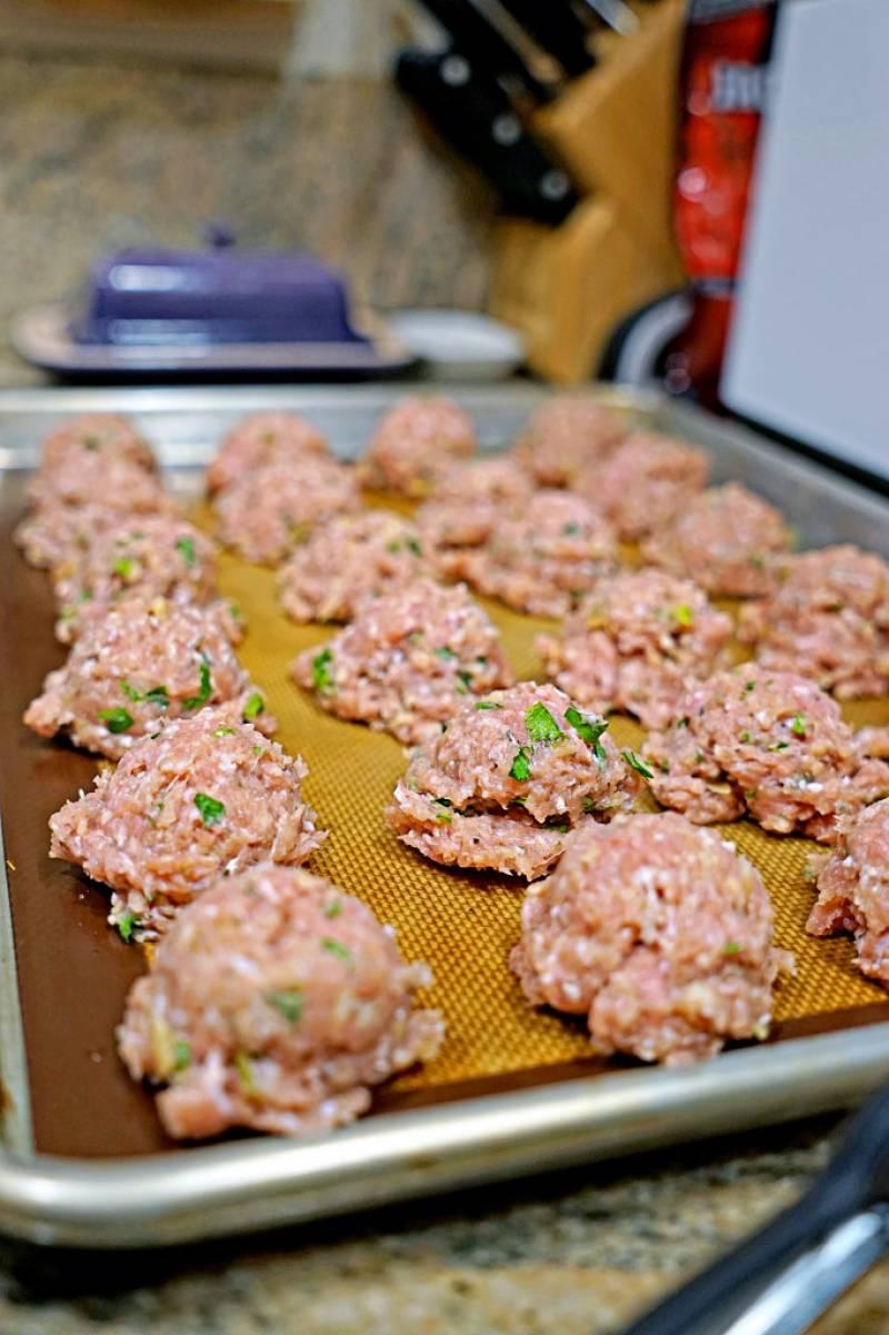 3. Теперь филе перекрутим в мясорубке, смешаем с 1-2 ст.л. чесночного соуса, кунжутом, сухарями и яйцом. Перемешаем, добавим соль, зелень и специи по вкусу. Формируем шарики, и запекаем 20-30 минут, периодически поливая соусом.