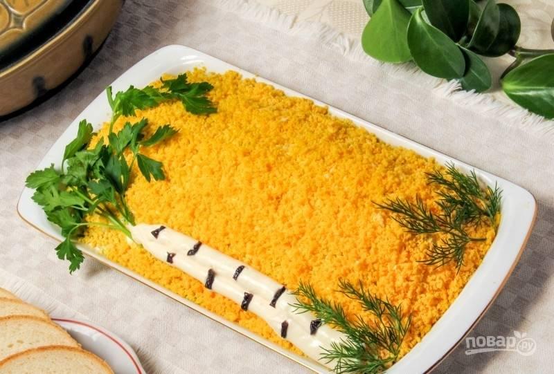 Салат украсьте майонезом, зеленью и черносливом, сделав берёзу. Но это всё по вашему желанию. Приятного аппетита!
