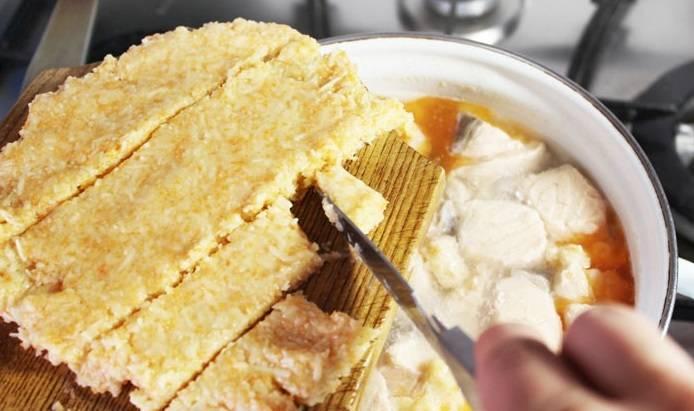 Смоченным ножом делим лепешку на небольшие кусочки и бросаем их в кипящий суп.
