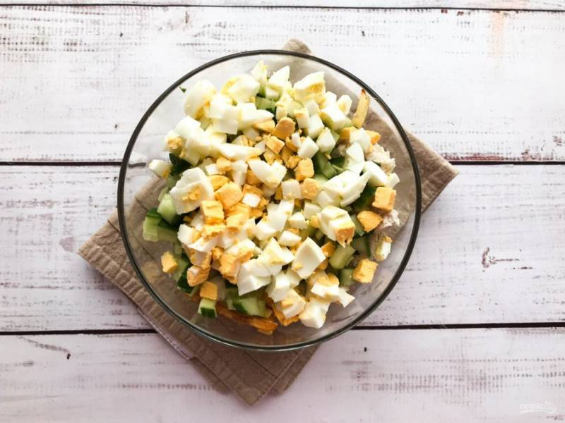 Вареные яйца очистите от скорлупы, нарежьте и добавьте к остальным ингредиентам.