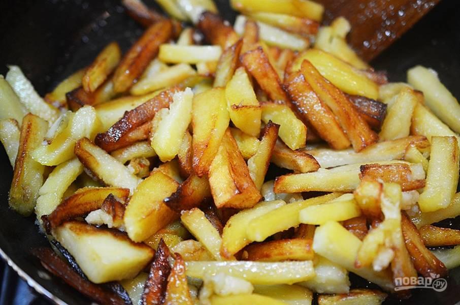 6. Пожарьте картофель в другой сковороде..