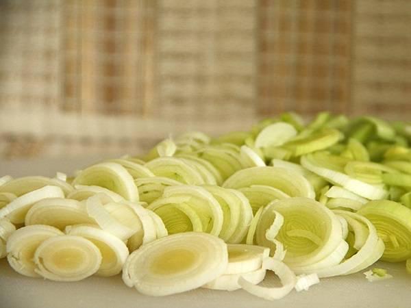 1. Для начала необходимо нарезать лук. Использовать в рецепт приготовления рулета из куриной грудки можно не только порей, но и репчатый лук.