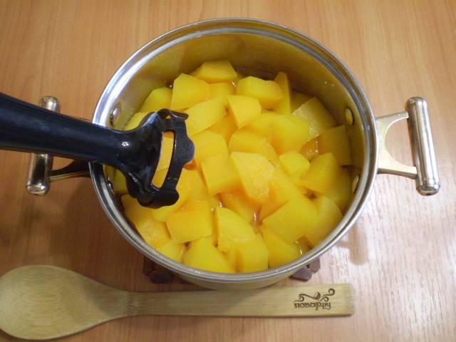 Снимите с плиты кастрюлю, удалите палочки корицы (она уже отдала свой аромат тыкве). Блендером пюрируйте массу.