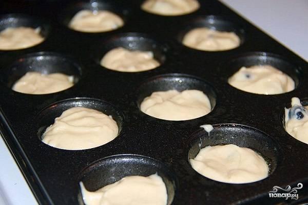 5. Форму смажьте маслом или заполните бумажными формочками. Разложите тесто, отправьте его в духовку минут на 12-15.