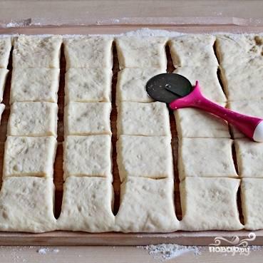 Разрезаем тесто на 30 квадратов стороной около 7 см.