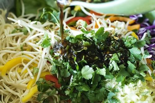 5. Смешайте овощи с лапшой. Подавайте азиатский салат, полив приготовленным пряным соусом.