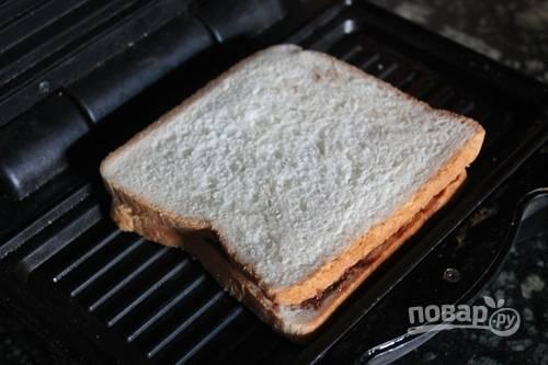 Закройте бананы оставшимся хлебом. Выложите сэндвичи на гриль.