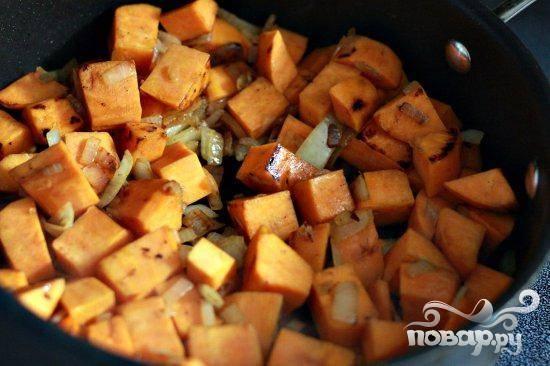 4. Нагреть большую сковороду на сильном огне. Добавить оливковое масло. Добавить сладкий картофель и лук, жарить 6 минут, до слегка коричневого цвета, помешивая.
